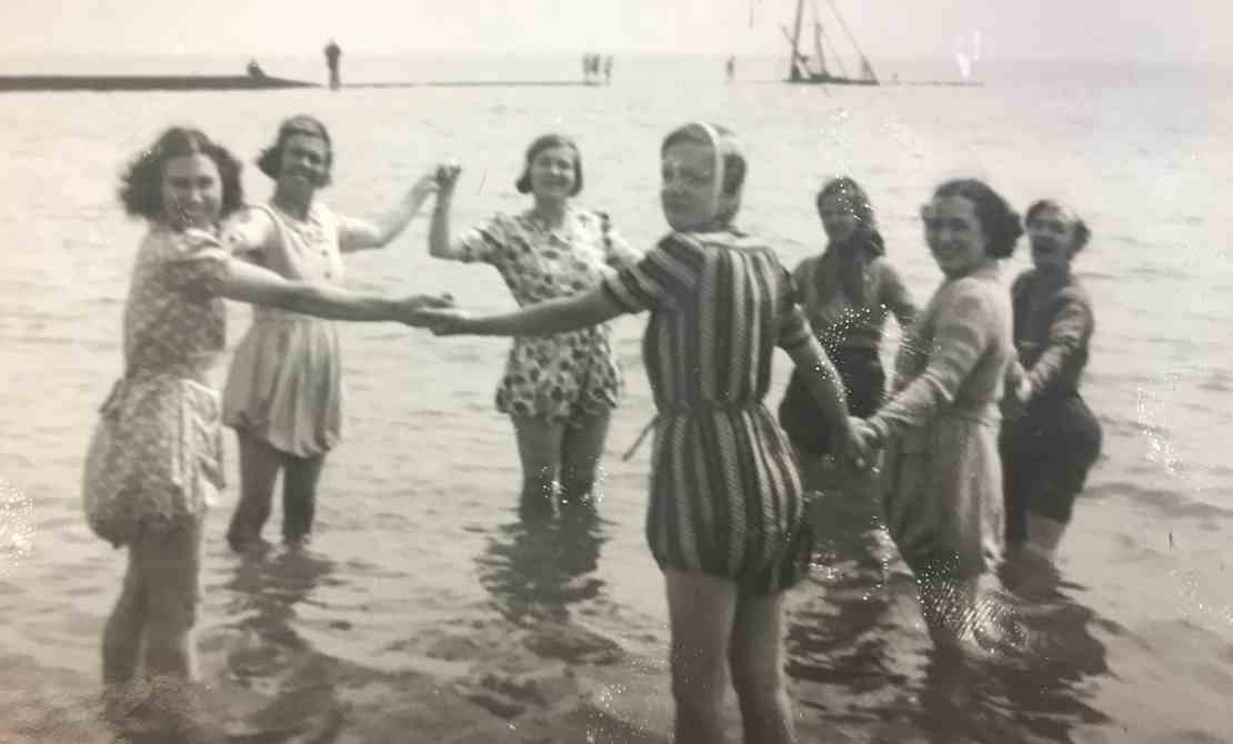 A day at the seaside - 1940s - 2